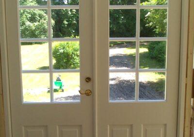 Vi på Wernerssons Snickeri nytillverkar dörrar och fönster i gammal stil för att passa ihop med ditt hus. Här en ny pardörr sedd inifrån. Kontakta oss så berättar vi mer hur vi arbetar med byggnadsvård på vårt sätt.