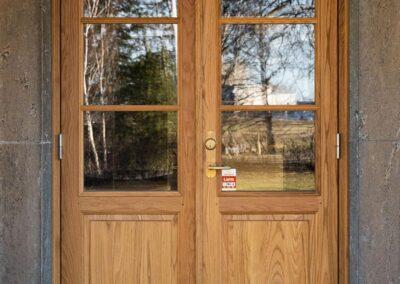 Vi på Wernerssons Snickeri nytillverkar dörrar och fönster i gammal stil för att passa ihop med ditt hus. Här en massiv ekdörr. Kontakta oss så berättar vi mer hur vi arbetar med byggnadsvård på vårt sätt.