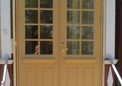 Vi på Wernerssons Snickeri nytillverkar dörrar och fönster i gammal stil för att passa ihop med ditt hus. Här en ny pardörr. Kontakta oss så berättar vi mer hur vi arbetar med byggnadsvård på vårt sätt.