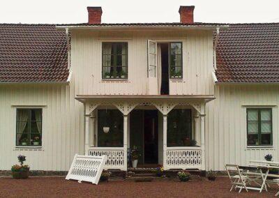 Vi på Wernerssons Snickeri nytillverkar dörrar och fönster i gammal stil för att passa ihop med ditt hus. Här ett nytt balkongräcke i stil med det befintliga. Kontakta oss så berättar vi mer hur vi arbetar med byggnadsvård på vårt sätt.