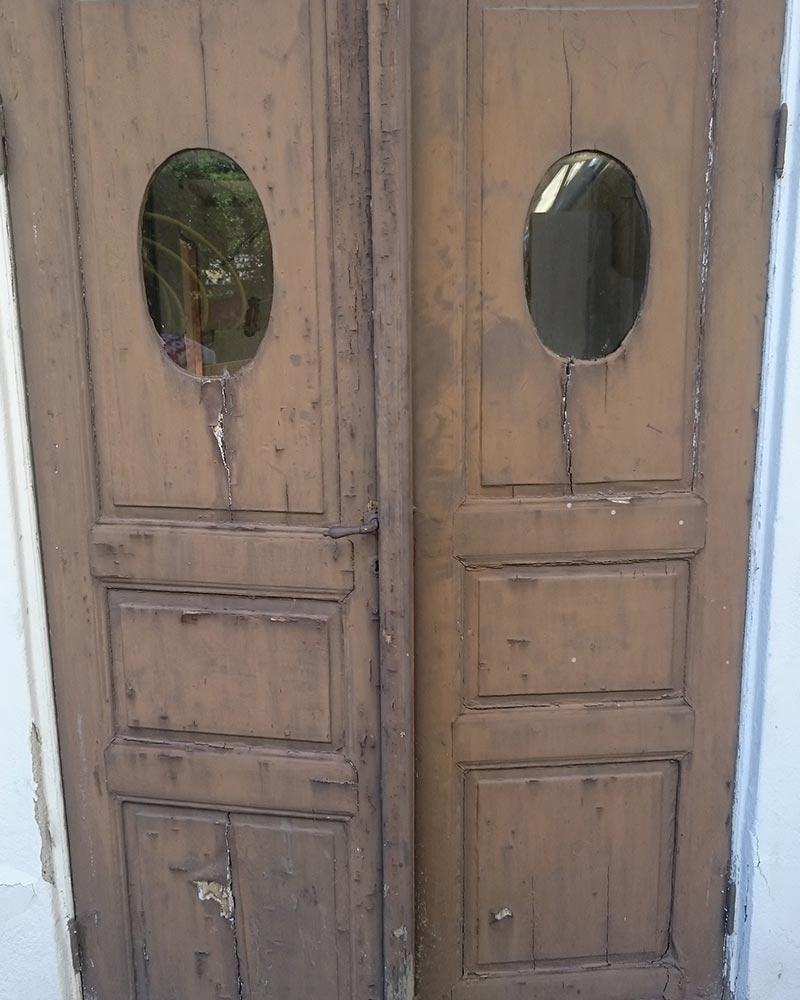 Vi på Wernerssons Snickeri nytillverkar dörrar och fönster i gammal stil för att passa ihop med ditt hus. Här en den gamla pardörren som förlaga till en ny. Kontakta oss så berättar vi mer hur vi arbetar med byggnadsvård på vårt sätt.