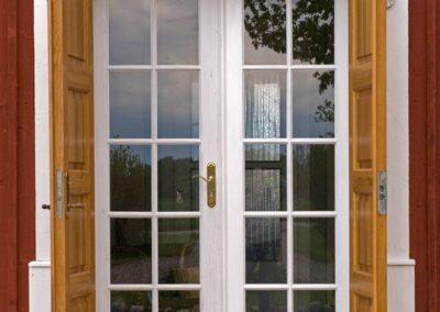 Vi på Wernerssons Snickeri nytillverkar dörrar och fönster i gammal stil för att passa ihop med ditt hus. Här även innerdörrar så kallade sommardörrar. Kontakta oss så berättar vi mer hur vi arbetar med byggnadsvård på vårt sätt.