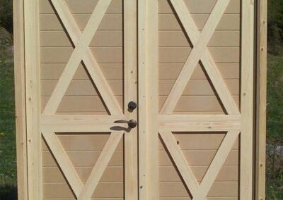 Vi nytillverkar dörrar och fönster i gammal stil för att passa ihop med ditt hus. Kontakta oss så berättar vi mer hur vi arbetar med byggnadsvård på vårt sätt.