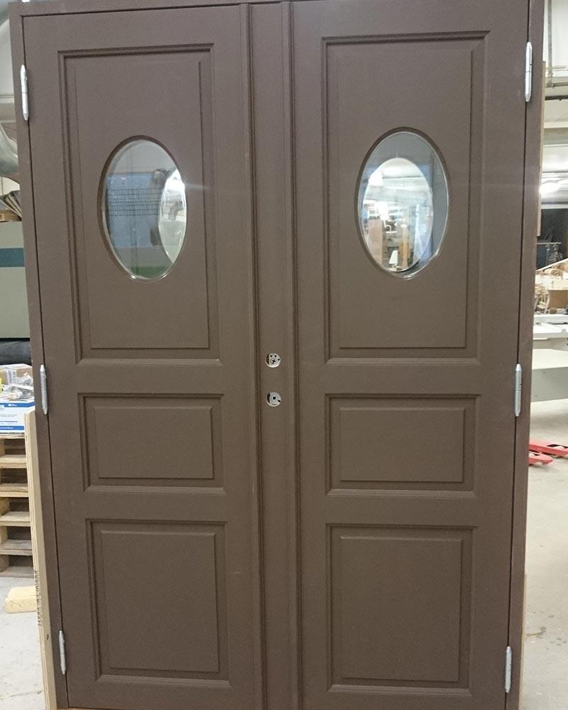 Vi på Wernerssons Snickeri nytillverkar dörrar och fönster i gammal stil för att passa ihop med ditt hus. Här en ny pardörr efter gammal förlaga. Kontakta oss så berättar vi mer hur vi arbetar med byggnadsvård på vårt sätt.