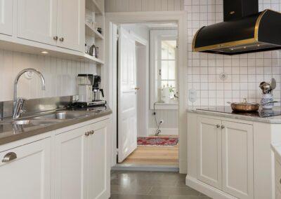 Platsbyggt kök i allmogestil med inpassade spegelluckor av massiv björk penselmålade med linoljefärg - Wernerssons Snickeri