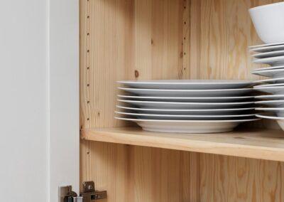 Platsbyggt kök i allmogestil med inpassade spegelluckor av massiv björk. Stommar av obehandlad furufog - Wernerssons Snickeri