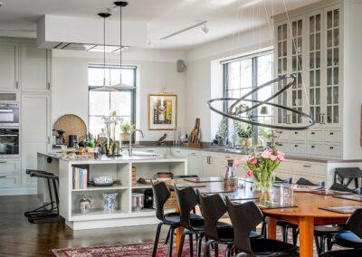 Platsbyggt kök i klassisk stil helt i massiv ask målat i en varmt ljusgrå kulör, 2005-G50Y, som ger en fin ytstuktur - från Wernerssons Snickeri