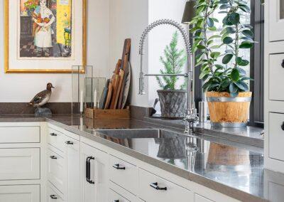 Platsbyggt kök i klassisk stil helt i massiv ask med rostfri diskbänk - från Wernerssons Snickeri