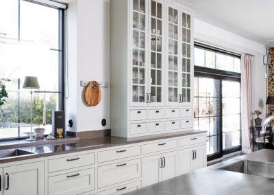 Platsbyggt kök i klassisk stil helt i massiv ask med en modern touch - från Wernerssons Snickeri