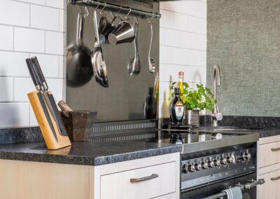 Modernt stilrent kök med mycket naturkänsla. Platsbyggt med fronter och luckor i massiv ask - från Wernerssons Snickeri