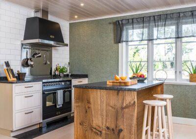 Modernt stilrent kök med mycket naturkänsla. Platsbyggt med fronter och luckor i massiv ask och en köksö med stomme av breda ekplank - från Wernerssons Snickeri