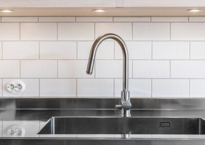 Modernt stilrent kök med måttbeställd diskbänk (70 cm djup) med uppvikt bakkant och gavel - från Wernerssons Snickeri