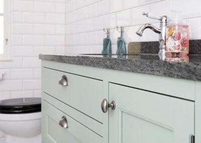 Ihop med ett platsbyggt lantkök tillverkade en badrumskommod med granitskiva. Allt byggt av Wernerssons Snickeri